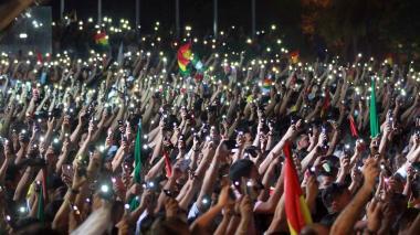 La gente levanta sus teléfonos móviles en el aire durante un mitin convocado por el Comité Nacional de Defensa de la Democracia (CONADE), en Santa Cruz, Bolivia.
