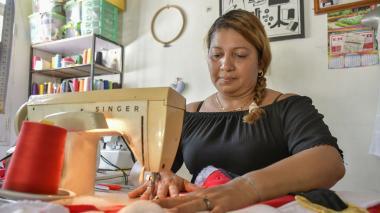 Elizabeth Amarís en su taller, en donde teje prendas de carnaval y otros arreglos