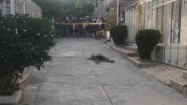 Tras el ataque sicarial la víctima quedó muerta en el lugar.