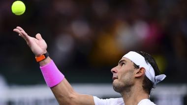 El tenista español Rafael Nadal, número uno del ránking ATP, intentando realizar un saque en un partido.