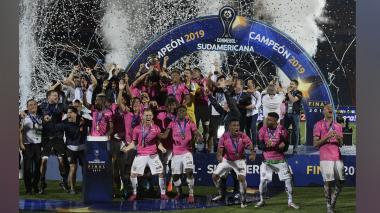 Los integrantes del equipo ecuatoriano celebran el título.