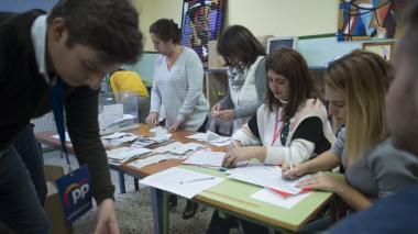 Los funcionarios cuentan las boletas en un colegio electoral en Ronda después de que España celebró elecciones generales el 10 de noviembre de 2019.