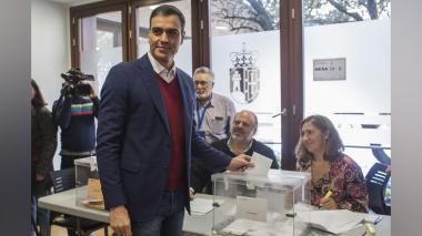 El primer ministro español y candidato del Partido Socialista de los Trabajadores (PSOE), Pedro Sánchez, vota durante las elecciones generales en Madrid.