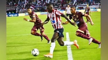 Jorge Ramos (izquierda) en una acción del partido.