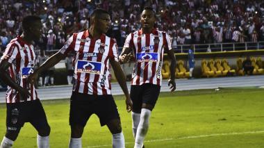 Ditta llegando a felicitar a Narváez por su gol.