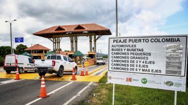 Vehículos transitan por el peaje de Puerto Colombia. Se observa que las tarifas fueron borradas.