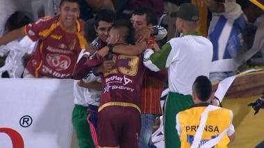 Álex Castro celebrando su anotación con los hinchas del Deportes Tolima.