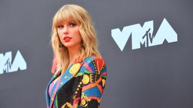 Taylor Swift acusa a su antiguo sello de amenazarla y este la desmiente