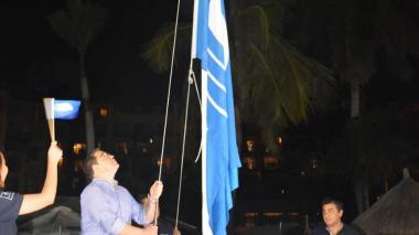 Playa del Zuana izó la 'Bandera Azul' por calidad y buenas prácticas ambientales