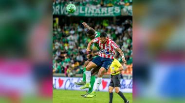 James Sánchez intenta cabecear un balón.