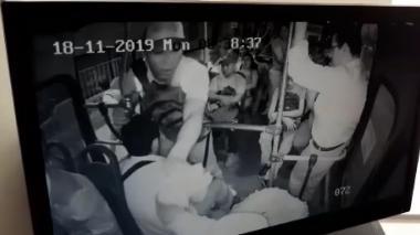 En video | Ladrones intimidan con pistola a pasajeros de un bus y los atracan