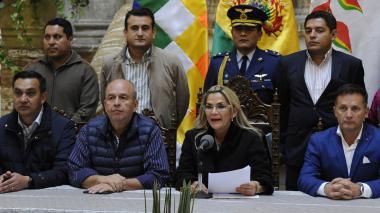 La presidente interina de Bolivia, Jeanine Añez, y su equipo de gobierno dan declaraciones.