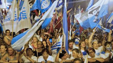 Uruguayos seguidores de Lacalle Pou participan en una manifestación política.