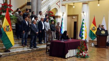 La presidente interina de Bolivia, Jeanine Añez, hace el anuncio de las elecciones en compañía de varios miembros del parlamento de este país.