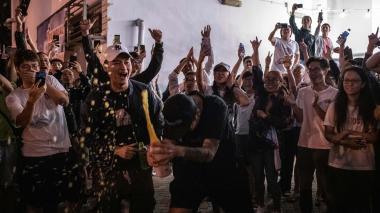 Habitantes de Hong Kong celebran en las calles tras conocer los resultados electorales.