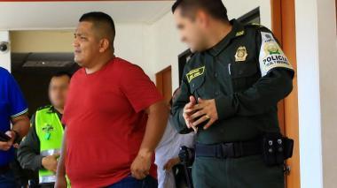 Arvey Guayasan Sarmiento (de rojo), detenido.