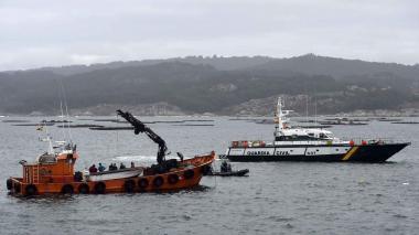 Los buzos de la Guardia Civil española trabajan para reflotar un submarino utilizado para transportar drogas ilegalmente.