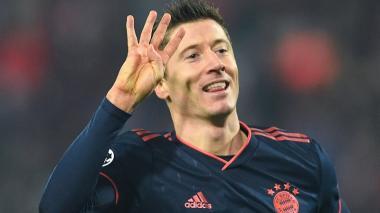 El delantero polaco Robert Lewandowski muestra con sus dedos el número de anotaciones logradas ante Estrella Roja.