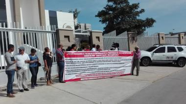 Un grupo de habitantes de Villa Campestre protestaron frente a la iglesia San Francisco Javier.
