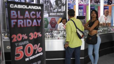 Un año de ahorro para unos zapatos, venezolanos estiran dinero en el 'Black Friday'