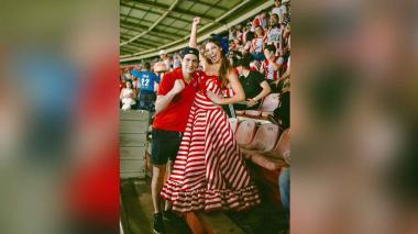 La reina del Carnaval, Isabella Chams, posa junto a su hermano Sergio Chams en el estadio Metropolitano.