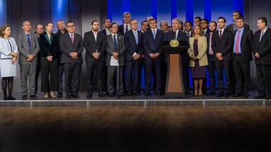 Iván Duque, presidente de la República, anunciando el proyecto de ley de crecimiento económico al lado del ministro de Hacienda, Alberto Carrasquilla, y congresistas de las comisiones terceras conjuntas.