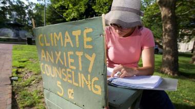 Kate Schapira en el puesto donde ofrece a  ciudadanos de Providence hablar sobre sus miedos ambientales.