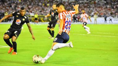 Teófilo Gutiérrez ante la marca de un defensor.