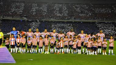 Mientras se entonaban las notas del himno nacional, el estadio Metropolitano se engalanó con un colorido rojiblanco en las tribunas.