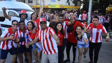 Hinchas del Junior de Barranquilla posan para la foto en las afueras del estadio Metropolitano.