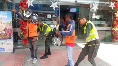 Los uniformados en plena requisa en Cartagena.