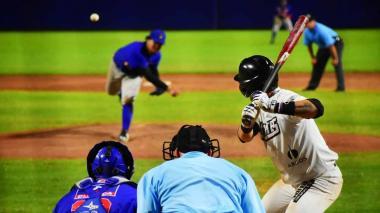 Acción del juego que los Gigantes le ganaron a los Caimanes, anoche en el estadio Édgar Rentería.