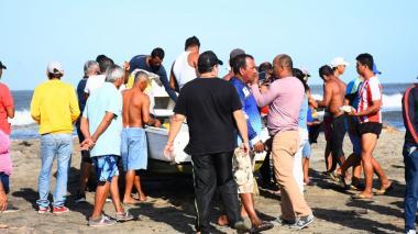 Los pescadores luego de que llegaran a la orillas tras ser rescatados por sus compañeros.