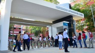 Un grupo de estudiantes ingresa a la sede de la Universidad Autónoma del Caribe.
