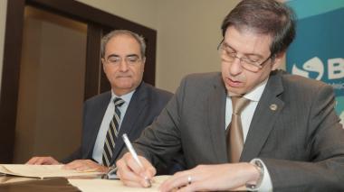 Firma Andrés Villegas junto a Antonio Goncalvez (Representante Encargado del Banco en Panamá).