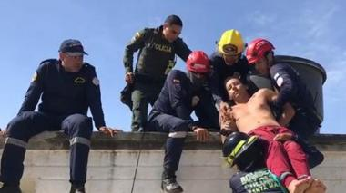 """En video   """"Quiero ayudarte, pero tienes que poner de tu parte"""": bombero evita que joven se lance de un edificio"""