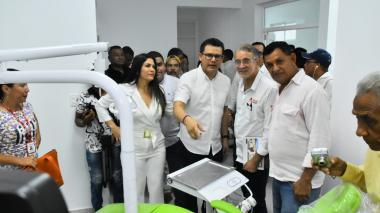 El gobernador Eduardo Verano y el secretario de Salud, Armando de la Hoz, inauguran el hospital de Campo de la Cruz.