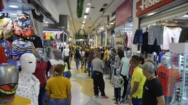 Compradores en un centro comercial en el sector del centro histórico de Barranquilla.