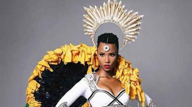 En el desfile de traje nacional, Zozibini Tunzi, actual Miss Universo, apareció vestida de 'Olas de amor', diseño compuesto por 2.000 cintas en las que fueron escritas notas amorosas.