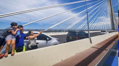 La familia Rodríguez Rubio se estaciona en uno de los carriles para tomarse fotos en el puente Pumarejo.