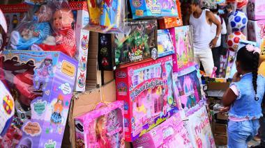 Un stand de mercancías dentro de la Feria de las Juguetes, en el Paseo Bolívar.