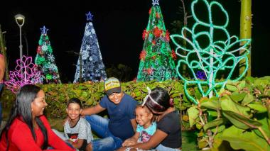 Una familia comparte la época decembrina.