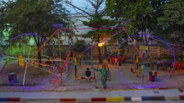 El parque construido con chatarras del taller del 'Pibe' se ha convertido en un lugar de esparcimiento para jóvenes y adultos.
