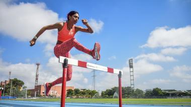 Julieth Caballero, antioqueña que representa al departamento del Atlántico, entrenando en el estadio Rafael Cotes en Barranquilla.