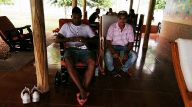 Miguel Ángel Borja relajado en su finca junto a Ramón Reyes, su primer entrenador de fútbol en Tierralta.