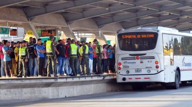Pasajeros esperan su ruta de bus en la estación Joe Arroyo de Transmetro.