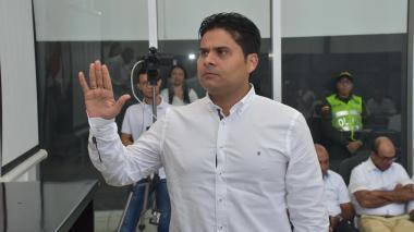 Jairo Fandiño levanta la mano derecha durante su juramento como nuevo contralor del Atlántico.