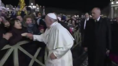 El video viral del enojo del Papa con una fiel que quiere saludarlo a la fuerza