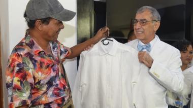 El sastre Armando Altamiranda con la camisa que le diseñó al alcalde William Dau.