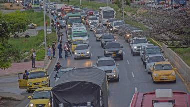 Vehículos transitando por una de las avenidas de Barranquilla.